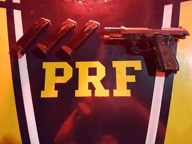 PRF encontrou arma roubada e munições (Foto: Divulgação/PRF)
