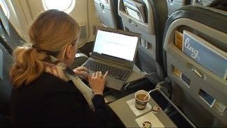 La passatgera d'un vol amb el seu ordinador portàtil