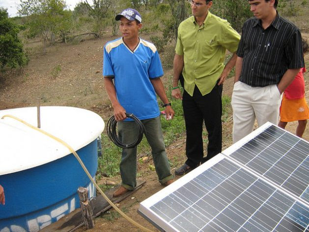 Solar panels generate the energy with which farmers pump water to irrigate their gardens in Pintadas, in the northeastern state of Bahia, in a project aimed at adapting to climate change. These microprojects, close to the communities and their needs, are beginning to gain a foothold in Brazil. Credit: Mario Osava / IPS