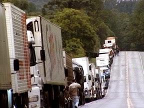 Caminhões de leite, matéria-prima e outros materiais ficam parados em meio a filas (Foto: Reprodução RBS TV)