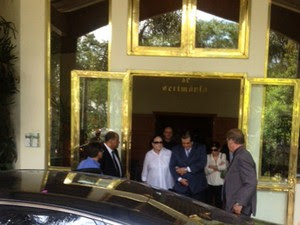 Viúva de Thomaz Bastos deixa cerimônia de cremação (Foto: Kleber Tomaz/G1)