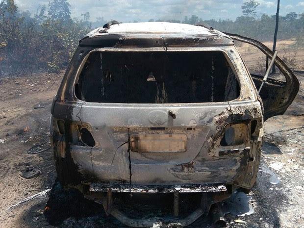 Criminosos incendiaram carro usado  no crime (Foto: Blogbraga/Repórter Edivaldo Braga)