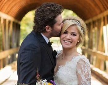 Kelly Clarkson Gets Married In A Stunning Gown   StyleCaster