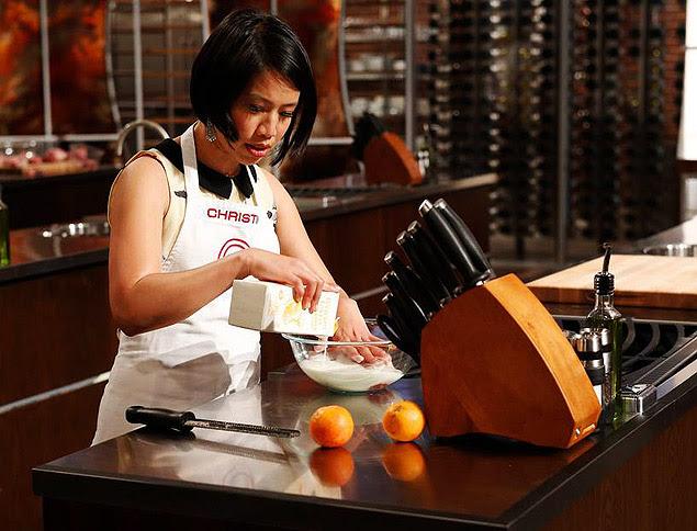 """Christine Ha faz um preparo para empanar frangos na semifinal do reality show """"MasterChef"""", exibido no ano passado"""