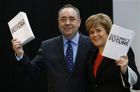 Scotland's First Minister Alex Salmond (L) and deputy First Minister Nicola Sturgeon hold copies of the referendum white paper on independence during its launch in Glasgow, Scotland November 26, 2013. REUTERS-Russell Cheyne