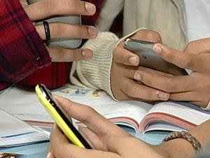 adolescentes celular escola Uberaba (Foto: Reprodução/TV Integração)