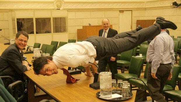 Pose de ioga estilo Matrix fez sucesso nas redes sociais. (Foto: Twitter/Justin Trudeau/BBC)