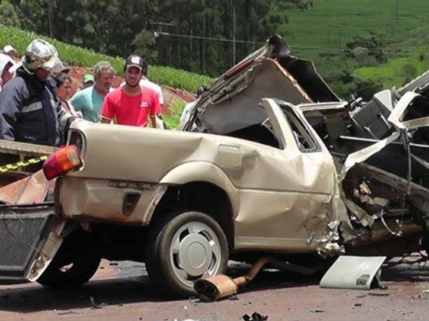 Segundo a PRF, um dos carros invadiu a pista contrária e provocou o acidente (Foto: CGN/Arquivo pessoal)