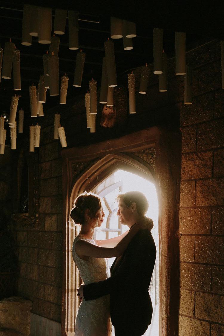 eine Hochzeit Raum mit Kerzen in der Luft schweben, sieht wow
