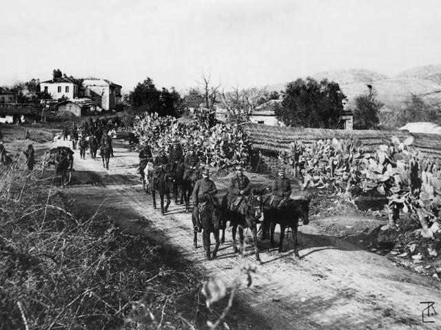 Οι Τούρκοι προσκυνούν τον έφιππο Σχη Ιππικού Π.Σπηλίαδη και παραδίδουν την Πρέβεζα
