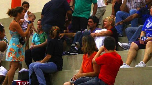 Xuxa e Junno nas arquibancadas torcendo pelo Flamengo de Sasha (Foto: Gabriel Sales/SECOM Rio das Ostras)