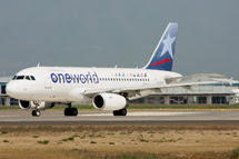 One World Alliance: <br>  Airbus A319 CC-CYE: