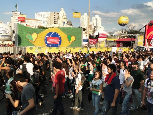 Manifestantes chegam à Praça da Estação, no Centro de Belo Horizonte. (Foto: Humberto Trajano/G1)