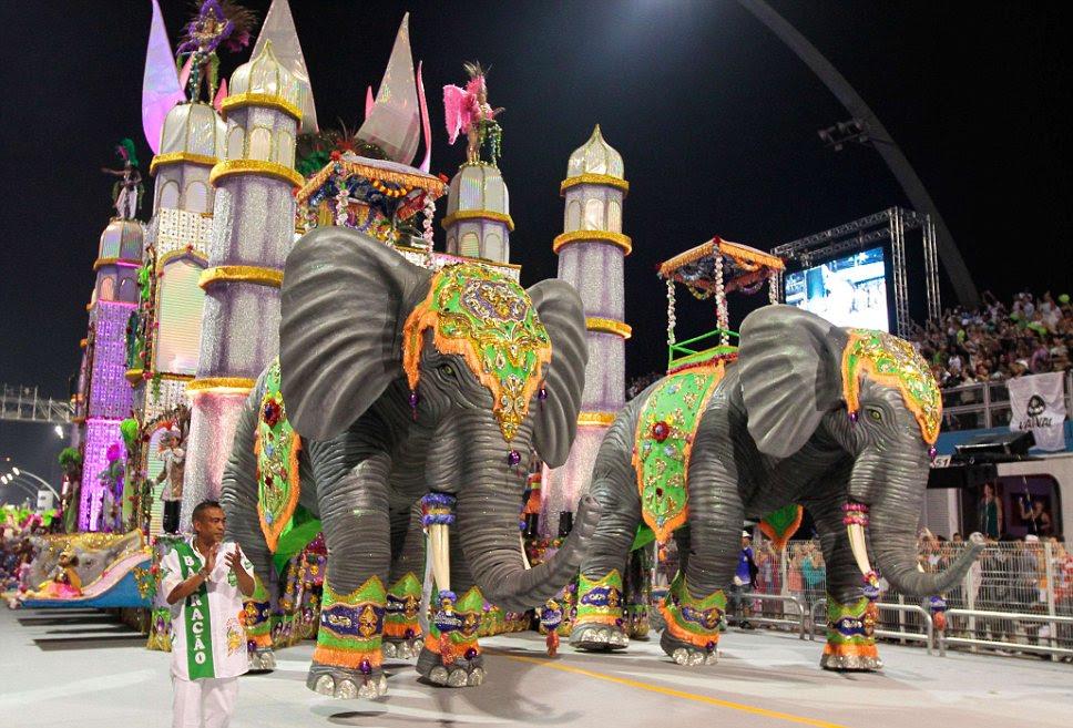 Espetacular: Elaborar flutua como este par de elefantes são um dos destaques do Carnaval desfila
