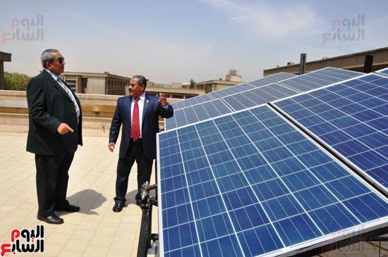 جامعة أسيوط تطبق الخلايا الشمسية المتحركة على أقسام كلية العلوم  (6)