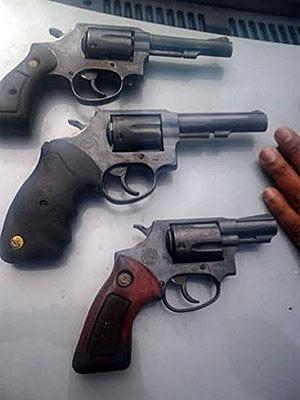PM apresenta armas apreendidas com suspeito de assalto a agência bancária (Foto: Divulgação / Polícia Militar)