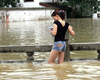chinoise dans l'eau pendant les inondations de Yangshuo