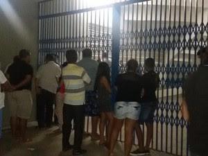 Várias pessoas foram até o local do crime, que foi isolado pela polícia (Foto: Taisa Alencar / G1)