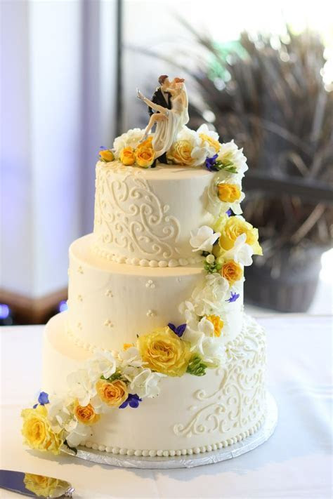 #cakeflowers #weddingcake #yellow #blue #roses   Yellow
