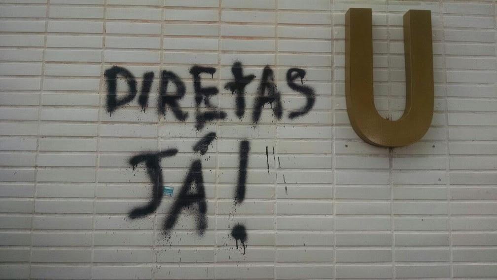Ministério de Minas e Energia tem fachada pichada com frase 'Diretas, Já' (Foto: Letícia Carvalho/G1)