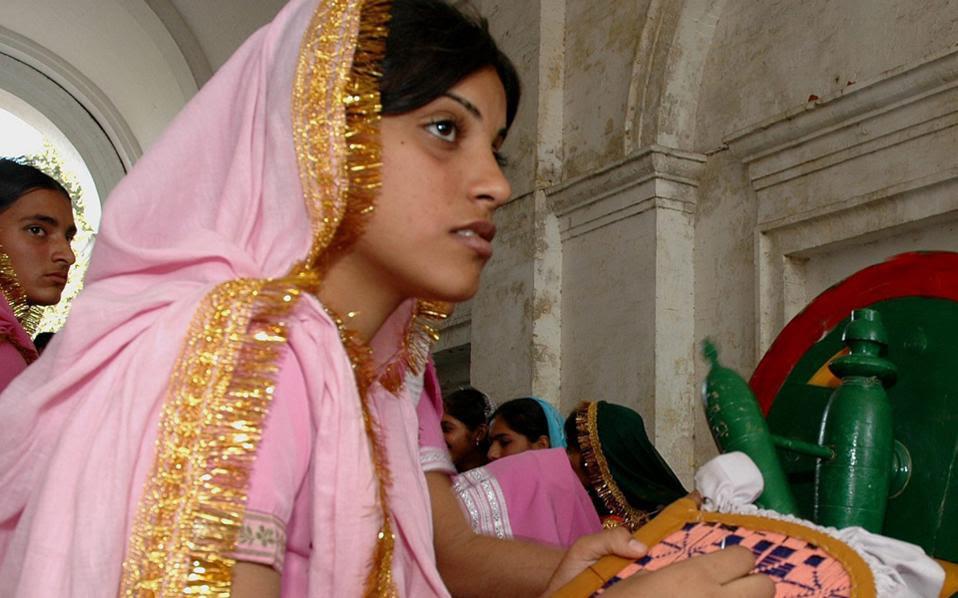 Ινδή φοιτήτρια κεντάει στη διάρκεια παραδοσιακής γιορτής στην πόλη Αμριτσάρ της Πουντζάμπ στην Ινδία.