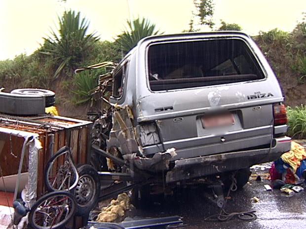 Segundo motorista da carreta, van invadiu a contramão na BR-101. (Foto: Reprodução/TV Gazeta)