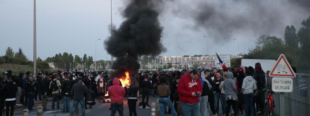 Des surveillants de la prison de Fleury-Merogis (Essonne) protestent lundi 10 avril contre la récente agression de six de leurs collègues.