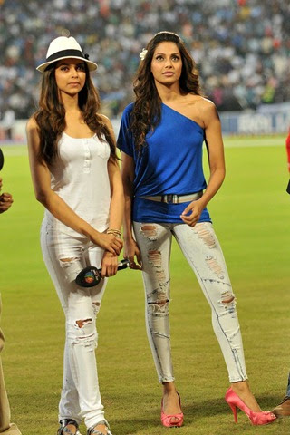 Deepika Padukone skinny jeans tight