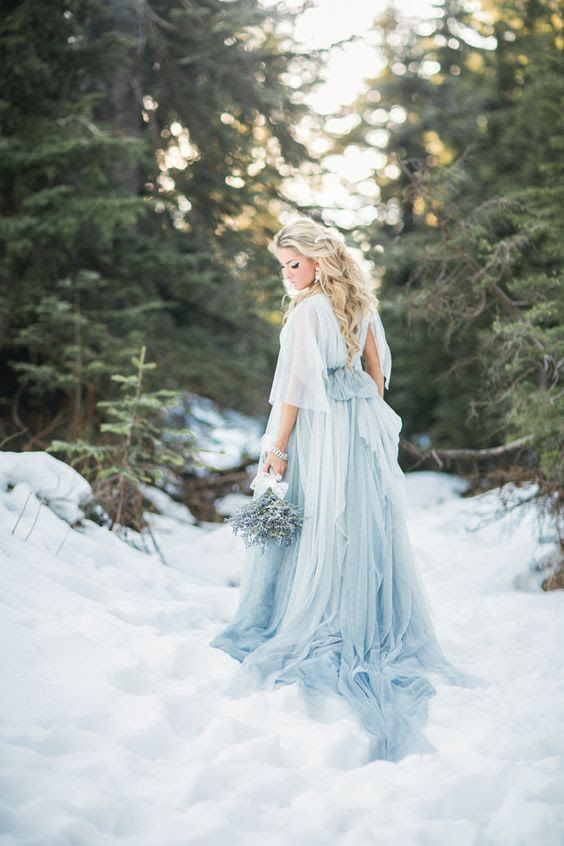 blau ist eine trendige Farbe für brautkleider und es sieht cool aus im Schnee