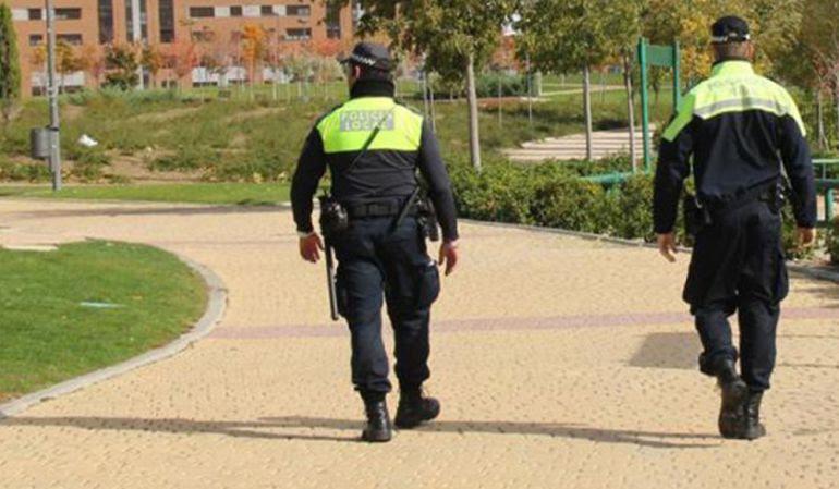 Agentes de la policía local patrullan las calles