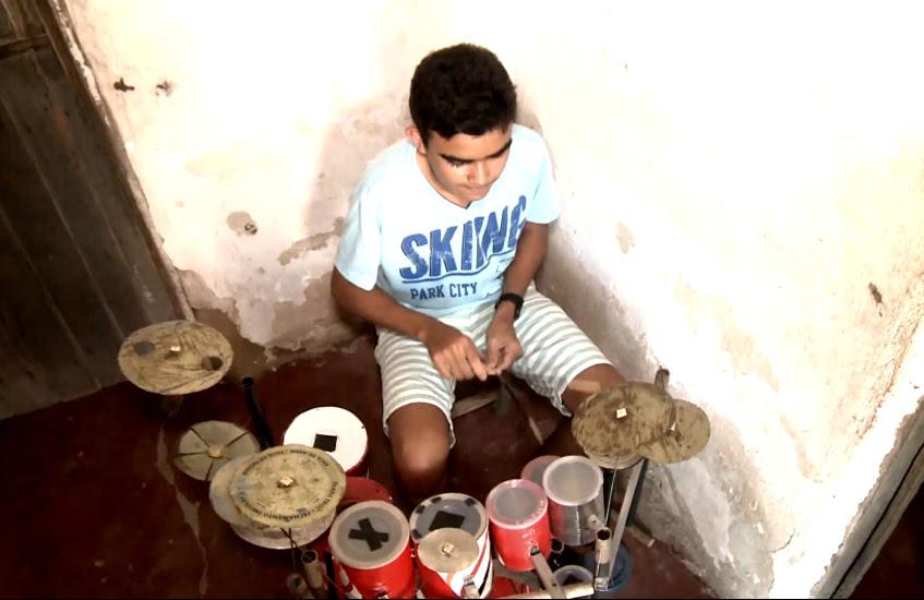 Garoto constrói bateria com material do lixo (FOTO: Reprodução TV Jangadeiro)