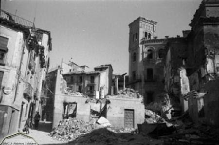 Plaza de la Magdalena de Toledo devastada en 1936. Foto Erich Andres. Ministerio de cultura. Centro Documental de la Memoria Histórica