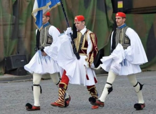 εντυπωσίασαν-οι-έλληνες-εύζωνες-στην-στρατιωτική-παρέλαση-της-Γαλλίας-βίντεο