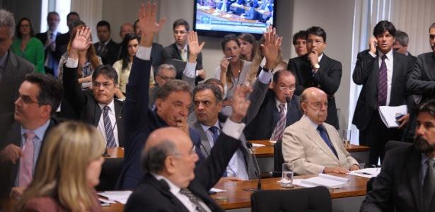 Em sessão tumultuada, a comissão de Constituição e Justiça do Senado aprovou CPI para investigar a Petrobras, o cartel do metrô e o porto de Pernambuco