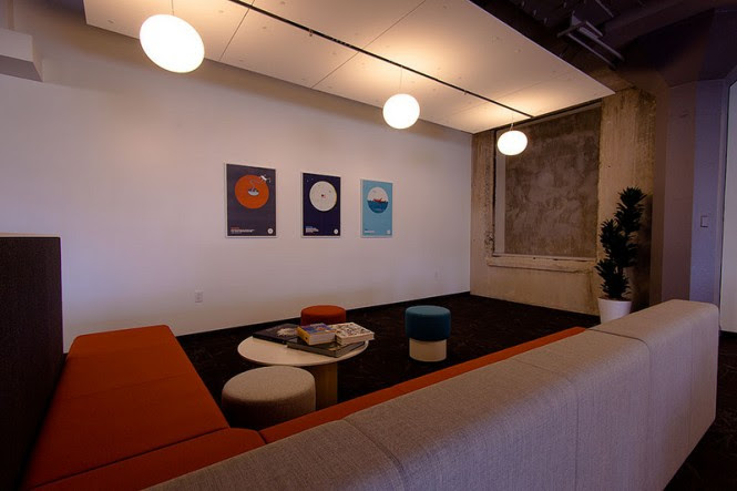 Many common spaces cluster throughout the workplace, offering relaxed zones for idea sharing and creative brainstorming.