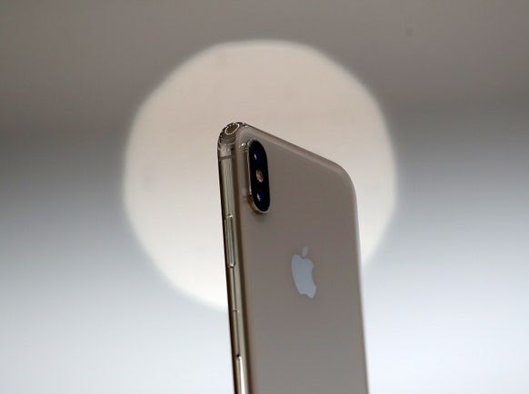 Original iPhone Reviewer Gets Early Hands-On With iPhone X, As The Device In-Depth Videos Appears Online