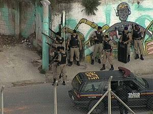 Polícia Militar ocupa o Aglomerado da Serra, em BH, e troca tiro com suspeitos (Foto: Reprodução/TV Globo)