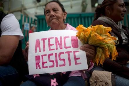 """""""Tierra sí, aviones no"""", el reclamo de Atenco en el Tribunal Agrario. Foto: Miguel Dimayuga"""