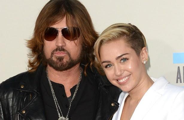 Billy Ray Cyrus ficou famoso graças ao hit de 1992 'Achy Breaky Heart', que ganhou até versão em português para a trilha sonora de uma novela. A filha dele, Miley, é atualmente uma das popstars mais presentes na mídia graças aos shows e videoclipes provocantes. (Foto: Getty Images)