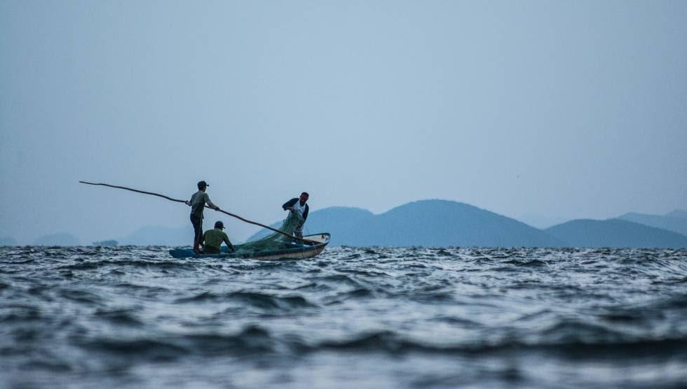 Un grupo de pescadores comunitarios de Álvaro Obregón pesca en la Laguna Superior.