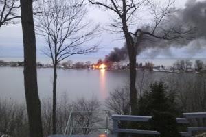 Fogo visto a partir de estrada, após Spengler atirar em quatro bombeiros que foram apagar um incêndio