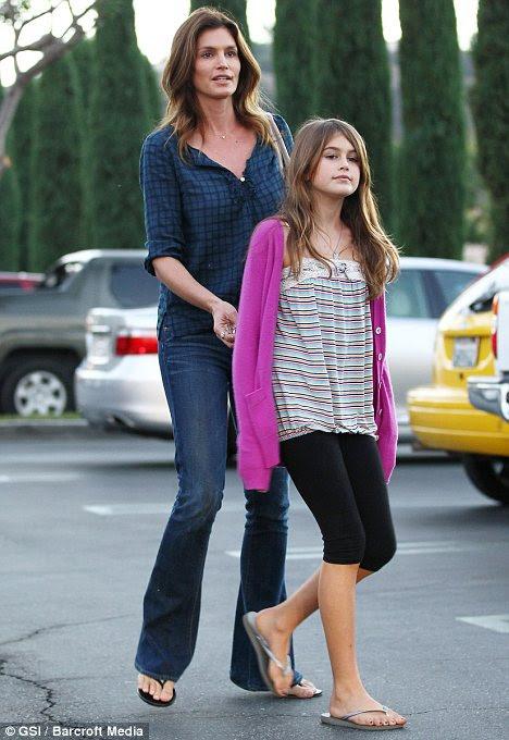 Como a mãe, filha, como: Ms Crawford com Kaia em Calabasas, Califórnia, em outubro passado
