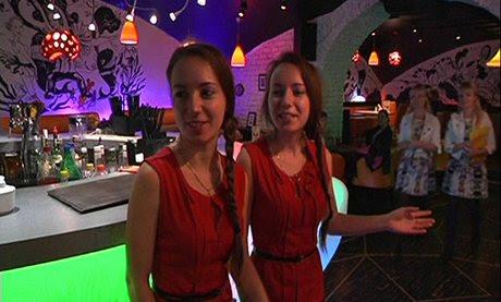 perierga.gr - Παράξενο εστιατόριο έχει μόνο δίδυμους σερβιτόρους!