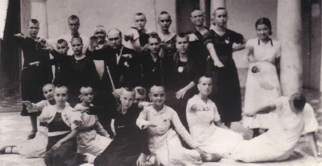 Grupo de jóvenes y mujeres de Montilla, rapadas.