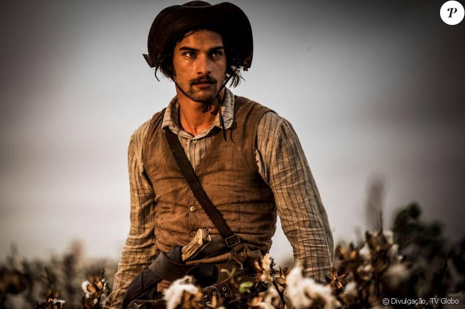Cícero (Pablo Morais) tenta matar Santo (Renato Góes) quando descobre que ele também é apaixonado por Maria Tereza (Julia Dalavia), na novela 'Velho Chico'