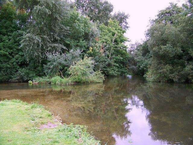 File:River Nadder, Bemerton - geograph.org.uk - 917089.jpg
