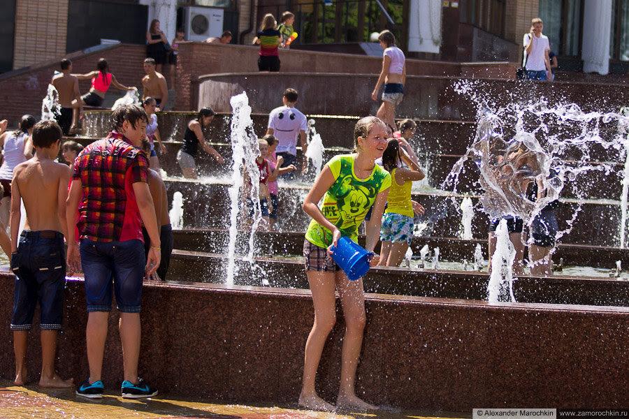 Участница водного батла выплёскивает воду из ведра