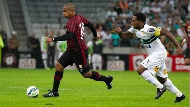 Walter, do Atlético-PR, e Luccas Claro, do Coritiba, disputam jogada na Arena da Baixada
