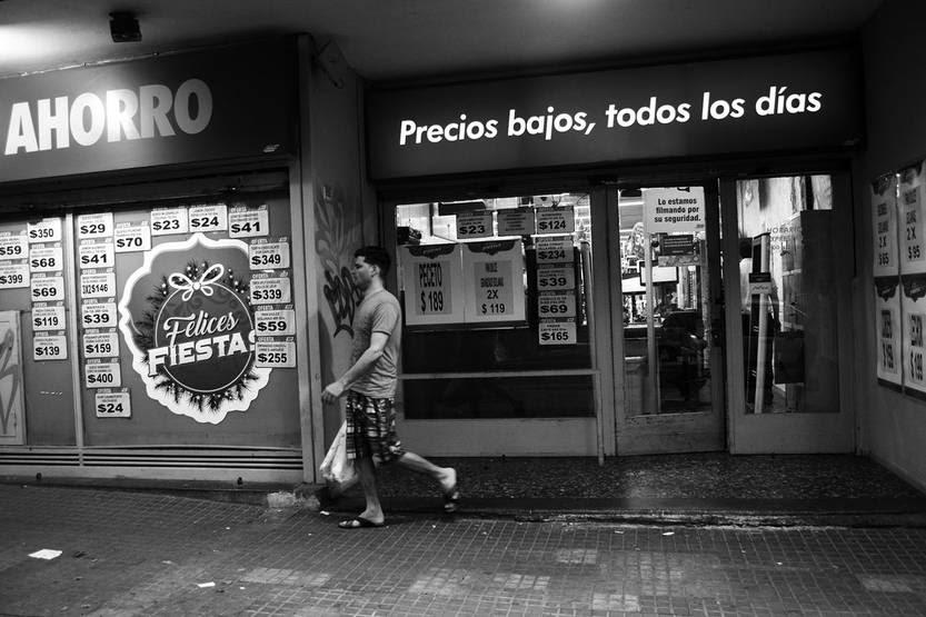 Sucursal del supermercado Multiahorro, en Canelones y Convención. Foto: Pablo Vignali