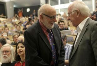 El físico británico Peter Higgs (d) conversa con su colega belga Francois Englert (i), en el Centro Europeo de Física de Partículas (CERN), en julio de 2012. EFE/Archivo
